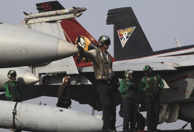 Авианосец  Джордж Буш : проблема - только в унитазах Любопытно, что на новейшем авианосце ВМС США Джордж Буш» часто отказывают гальюны, за время первого боевого похода в Персидский залив (май 2011), на авианосце два раза отказывали все 423 унитаза. Всего на авианосце 25 раз в неделю происходят подобные происшествия, было затрачено более десяти тысяч человеко-часов. Отказы вакуумной системы слива - проблема авианосца. авианосец