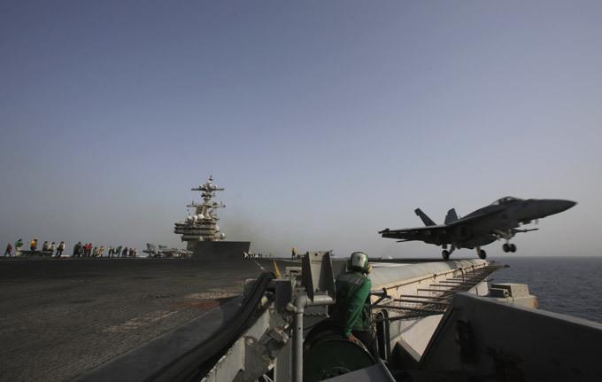 Авианосец  Джордж Буш : проблема - только в унитазах Вообще, авианосцы типа «Нимиц», каковым является «Джордж Буш» - это тип американских авианосцев с ядерной силовой установкой. Авианосцы «Нимиц» с максимальным водоизмещением до 106 тысяч тонн являются самыми большими военными кораблями в мире. Они предназначены для действия в составе авианосных ударных групп и поражения крупных надводных целей, обеспечения противовоздушной обороны военно-морских соединений, а также для проведения военно-воздушных операций. Общая масса боезапаса - 1954 тонн. авианосец