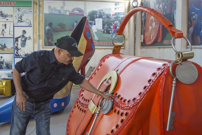 Самые дурацкие из дурацких автомобилей Свой первый автомобиль Ядав спроектировал, будучи 14-летним подростком, когда учился в школе. Поскольку у школьника карманных денег было немного, материал для своих поделок он собирал на ближайших кладбищах старых автомобилей. Индия дизайнер Судхакар Ядав автомобиль