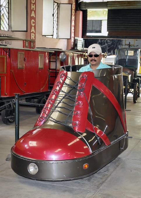 Самые дурацкие из дурацких автомобилей В настоящее время его коллекция чудаковатых автомобилей настолько расширилась, что в 2010 г. он решил открыть свой собственный автомобильный музей в городе Хайдарабаде. На территории музея, размером с футбольное поле, демонстрируются самые безумные изобретения дизайнера. Индия дизайнер Судхакар Ядав автомобиль