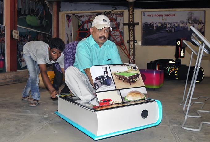 Самые дурацкие из дурацких автомобилей  Мой музей - единственный в мире автомобильный музей, в котором представлены автомобили ручной сборки - говорит Ядав. Индия дизайнер Судхакар Ядав автомобиль