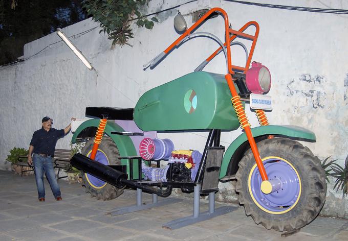 Самые дурацкие из дурацких автомобилей Несмотря на популярность, ни один из автомобилей Ядава - производство которых по большей части обошлась ему от £1000 до £1800 - так и не продан. Индия дизайнер Судхакар Ядав автомобиль