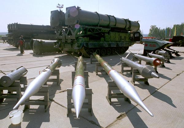Múltiple lanzacohetes 9K58 Smerch MLRS Smerch debido a tiros de larga distancia y golpear la eficiencia objetivo está cerca de los sistemas de misiles tácticos, por lo que junto con ellos fueron probados y aceptados en servicio en la unidad militar 42202.  Foto: ITAR-TASS