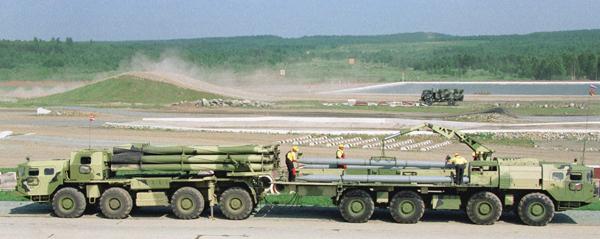 Múltiples tornados lanzador de cohetes en 1989 se ha adoptado la segunda versión de Twister con el vehículo 9A52-2, el transporte y la carga 9T234-2.  Foto: ITAR-TASS