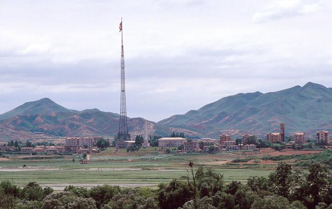 Демилитаризованная зона между Северной и Южной Кореей - самая военная в мире Её ось —  военная демаркационная линия , официально зафиксированная Соглашением о перемирии 27 июля 1953 года в селении Пханмунджом, где до сих пор проходят переговоры между представителями Южной и Северной Кореи. демилитаризованная зона,Южная Корея,Северная Корея