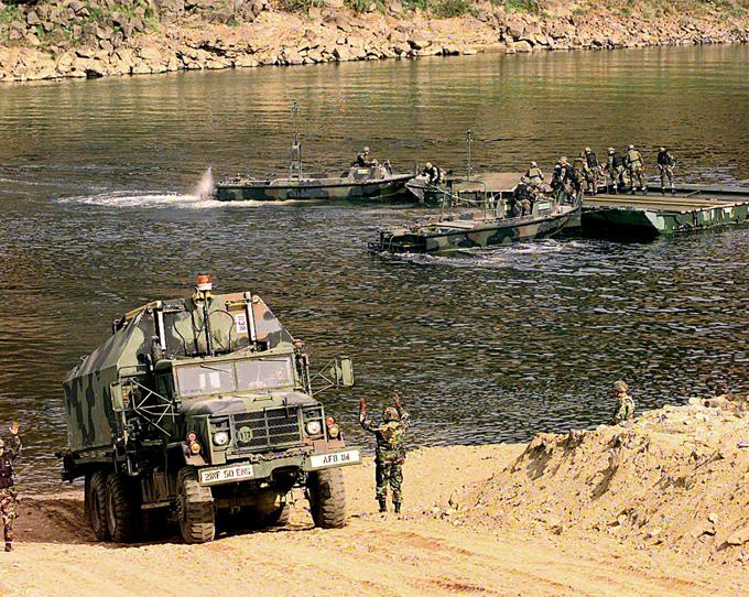 Демилитаризованная зона между Северной и Южной Кореей - самая военная в мире За 50 лет южнокорейские пограничники смогли установить семнадцать подземных ходов (тоннелей), прорытых северянами на их сторону. демилитаризованная зона,Южная Корея,Северная Корея