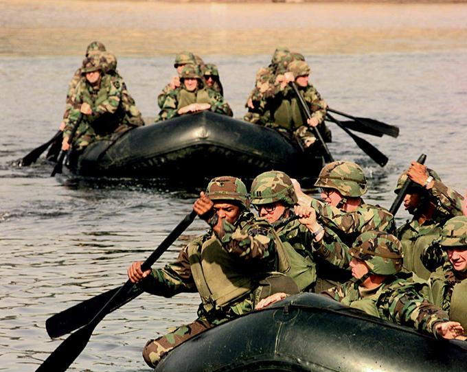 Демилитаризованная зона между Северной и Южной Кореей - самая военная в мире Однако отношения двух корейских государств испортились после прихода к власти в 2008 году президента Южной Кореи Ли Мен Бака, отказавшегося сотрудничать с КНДР, пока не решена ядерная проблема. демилитаризованная зона,Южная Корея,Северная Корея