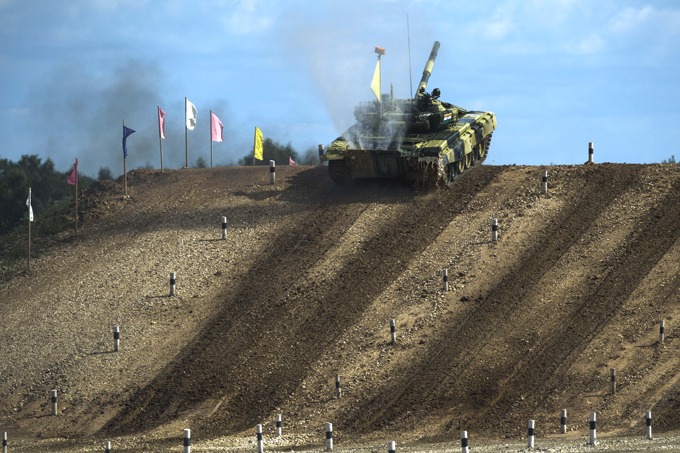 Высший танковый пилотаж  На сегодняшний день лидирующие позиции занимают экипажи из России и Сербии, которые выиграли свои заезды в первый день состязаний , - говорится в сообщении управления пресс-службы и информации минобороны России.  Танковый биатлон , Алабино