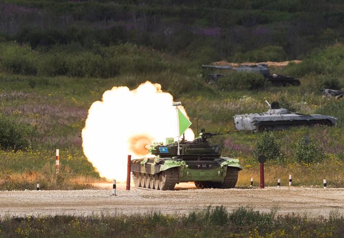 Высший танковый пилотаж «Танковый биатлон» - состязание в российской армии, когда перед танкистами ставятся задачи по максимально быстрому преодолению трассы с препятствиями, точному поражению целей и выполнению других учебных задач. Изобретение этого состязания приписывают нынешнему министру обороны РФ Сергею Шойгу.  Танковый биатлон , Алабино