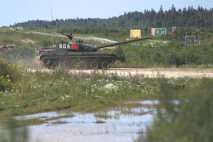 Высший танковый пилотаж Не обошлось без происшествий. При подготовке к «Танковому биатлону - 2015» танк сборной Армении заглох после гидроудара, а сборная Кувейта не справилась с управлением танка Т-72Б3, в результате боевая машина легла на бок. На снимке китайский танк, с которым, благодарение небу, ничего скверного не случилось.  Танковый биатлон , Алабино