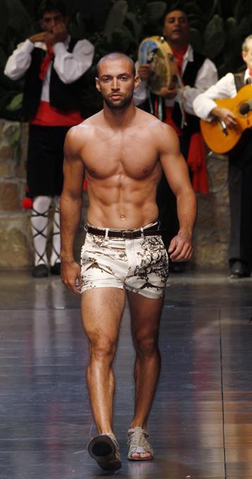 Мужские показы в Милане В Милане проходит Мужская неделя моды. Ведущие дома моды представляют коллекции для мужчин сезона лето-2013. Мужская неделя моды,Милан