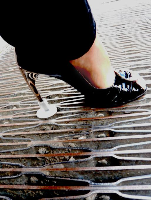 На шпильках по бездорожью Но тонкая шпилька - это не только красиво, но и опасно! шпильки, туфли, обувь