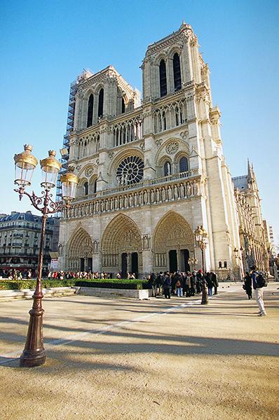 Собор парижской богоматери отмечает