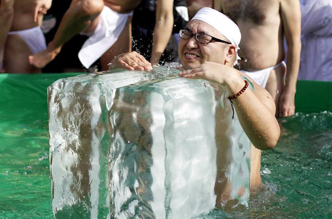 Интересное в мире Множество мужчин и женщин ныряют в ледяную воду и обнимают ледяные глыбы в рамках зимнего ритуала в Токио.  Интересное в мире, истории