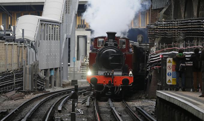 Интересное в мире Старинный британский паровоз 19 века, в свое время перевозивший членов королевской семьи, снова встал на рельсы. Поезд отреставрировали в честь 150-летия лондонской подземки.  Интересное в мире, истории