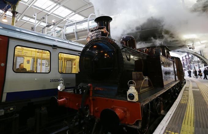 Интересное в мире Первоначально вместо пара в отреставрированном локомотиве хотели использовать его световую симуляцию, однако в итоге решили добиться полного сходства с 19 веком.  Читайте подробнее: В Великобритании паровоз XIX века снова встал на рельсы Интересное в мире, истории