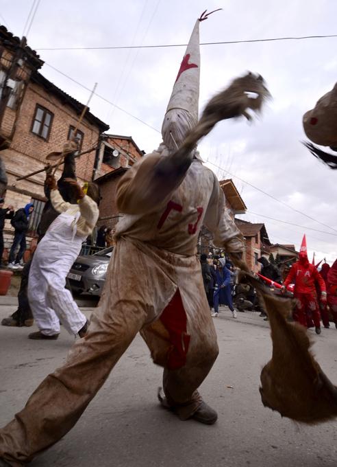 Интересное в мире Несмотря на вековую традицию, облачения празднующих отображают многие из наиболее актуальных на сегодняшний день политический событий. Интересное в мире, истории