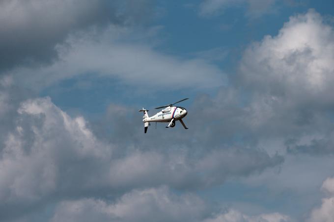 Беспилотный вертолет  Горизонт  Технические характеристики:  Стандартная дальность передачи данных: 80/180 км (43/97 nm). Максимальная скорость: 120 узлов (220 км/ч). Крейсерская скорость: 55 узлов (102 км/ч) (для увеличения радиуса полета). Максимальное время полета: не менее 6 часов с полезной загрузкой в 35 кг. Максимальный взлетный вес: 200 кг. Cухой вес: 100 кг. Размеры: - длина: 3110 мм. - высота: 1040 мм. - ширина: 1240 мм. Диаметр главного винта: 3400 мм.  Беспилотный вертолет  Горизонт , армия, оружие, флот
