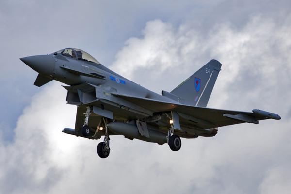 В небе над  Фарнборо Европейский боевой самолет Eurofighter Typhoon на международном аэрокосмическом салоне  Фарнборо-2012 . Фото ИТАР-ТАСС/ Марина Лысцева Фарнборо, авиашоу