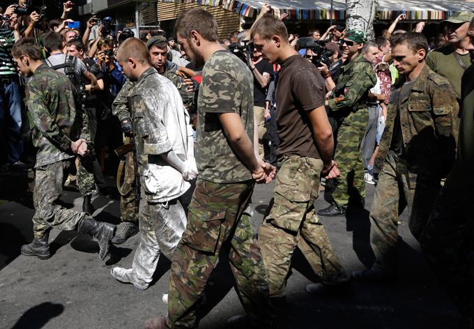 В плену у боевиков остаются до 300 военных и гражданских лиц