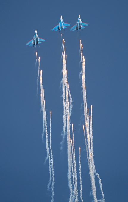 Русские витязи   в небе Бангалора Индийская пресса назвала дебют пилотажной группы в Бангалоре сногсшибательным. Русские витязи,Бангалор,Aero India-2013,выступление