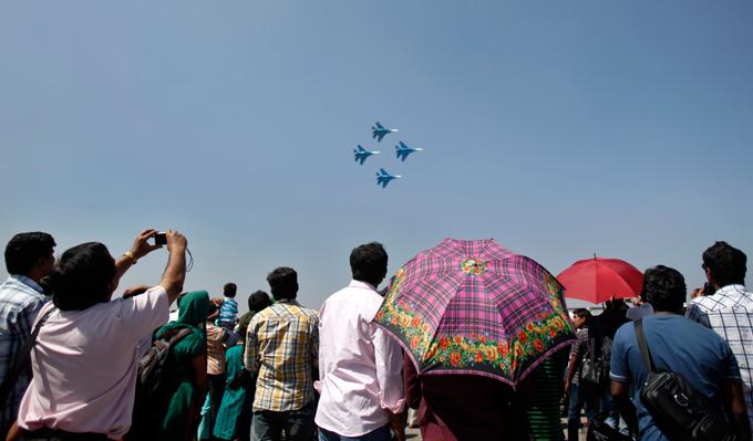 Русские витязи   в небе Бангалора При заходе на посадку группа выполнила чисто символический пилотаж в виде группового разворота Русские витязи,Бангалор,Aero India-2013,выступление