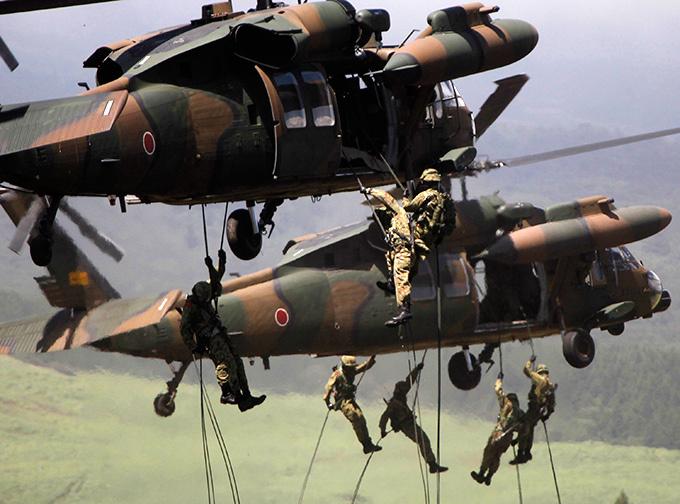 Japón está incrementando el poder militar, el Gobierno del Japón ha decidido aumentar el gasto en defensa y el rearme del ejército.  Japón, el ejército, re-
