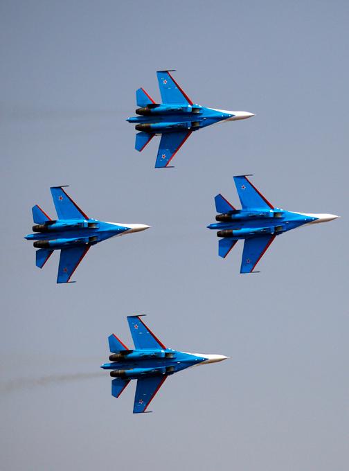 Русские витязи   в небе Бангалора Напомним, что российские пилоты задержались из-за нелетной погоды и успели только к третьему дню работы авиасалона «Аэро Индия-2013». Русские витязи,Бангалор,Aero India-2013,выступление