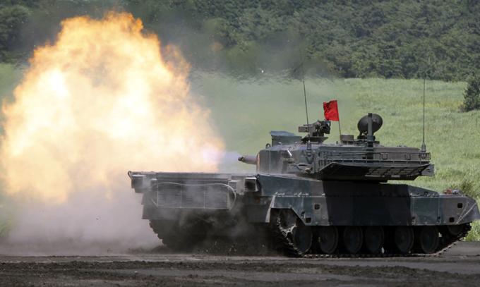 Япония наращивает военную мощь Всего в период с 2014 по 2019 год Япония потратит на военные нужды 24,7 триллиона иен (около 240 миллиардов долларов США). Правительство планирует переоснастить сухопутные войска, заменив часть танков на более маневренные колесные боевые машины. япония,армия,перевооружение