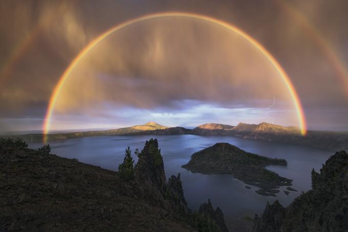 Загадки самых неожиданных радуг. Кто добежит? Увидеть двойную радугу издавна считалось хорошей приметой, мол, это к удаче. Согласно поверью, если найти место, где концы радуги упираются в землю, там можно найти клад, а если пробежать под ней, то можно обрести счастье, поскольку радуга соединяет мир людей и богов. Если человек видит двойную радугу, все его сокровенные желания исполнятся вдвойне. радуга