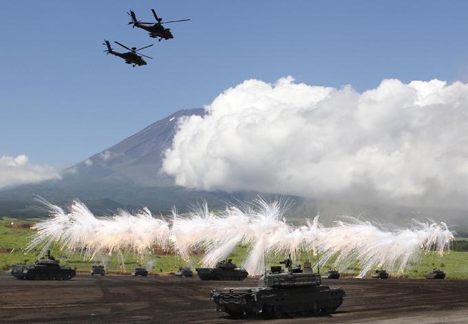 Япония наращивает военную мощь Кроме того, Япония планирует создать новые подразделения для защиты удаленных островов, для которых будет закуплено 17 конвертопланов MV-22 Osprey и 50 десантных машин-амфибий. Предполагается, что правительство пересмотрит действующий в Японии запрет на импорт оружия. япония,армия,перевооружение