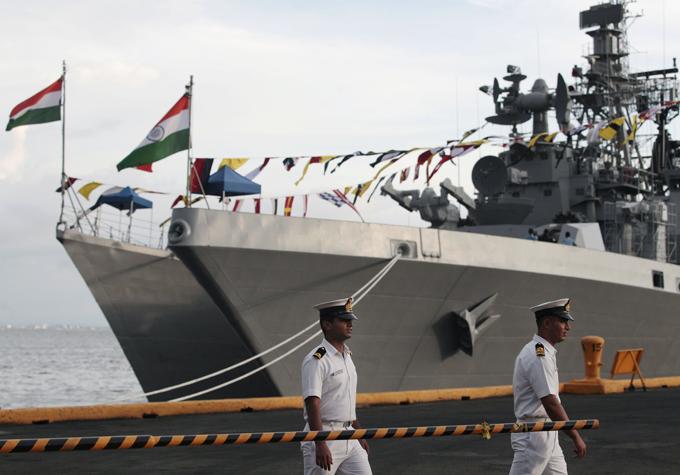 Новая мощь индийского флота На днях в столице Филиппин можно было посмотреть их новые детища:INS Ranvijay (D55), эсминец типа  Раджпут ; и INS Saptura - мощный многоцелевой фрегат типа  Шивалик , поддерживающий технологию  стелс . индийский флот, корабли, Филиппины, визит