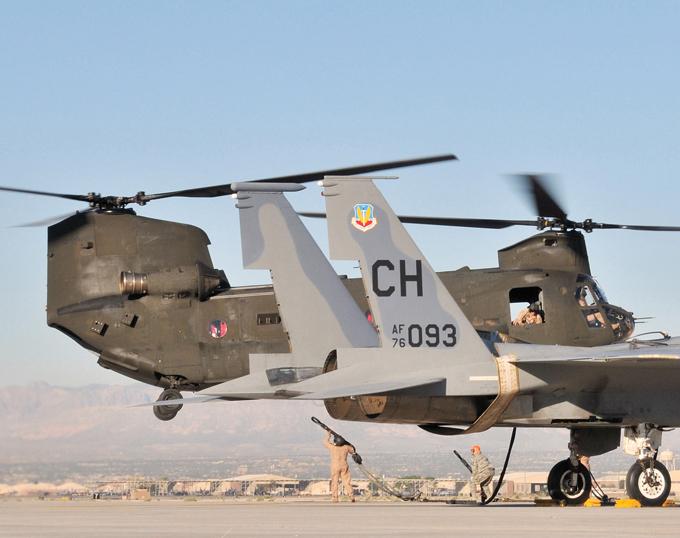 Многоцелевой транспортный вертолет  Chinook  На вооружении могут быть установлены различные пулеметы калибра 7,62 мм (Л7, М60 или М134 Миниган). Пулеметы устанавливаются на креплениях по бокам и креплении у задней рампы. вертолет, Chinook,авиация