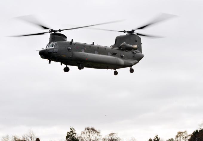 Многоцелевой транспортный вертолет  Chinook  С июля 1982-го авиазаводы королевских ВМС модернизировали  Чинуки . Все мероприятия были направлены в основном на повышение боевой живучести и эксплуатационных свойств. вертолет, Chinook,авиация