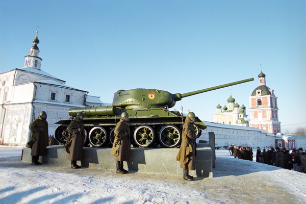 Знаменитый танк Т-34 отмечает юбилей До настоящего времени сохранилось большое количество Т-34 различных модификаций, которые сейчас стоят в городах в виде памятников или являются экспонатами музеев. Фото Сергея Метелицы /Фотохроника ТАСС/ танк Т-34, армия, оружие, Россия, ВОВ