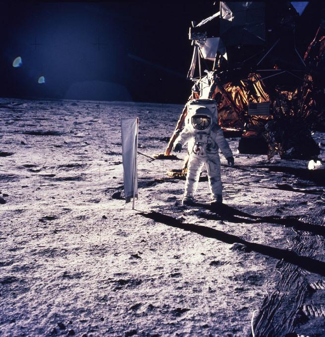 Наса отмечает полет человека на луну