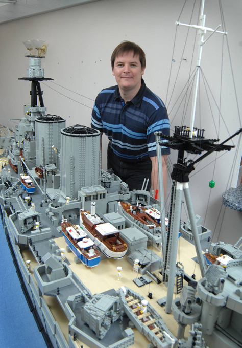 Боевой корабль из Лего Мастер, работающий со знаменитым конструктором лего, собрал 550 фунтовую модель американского...