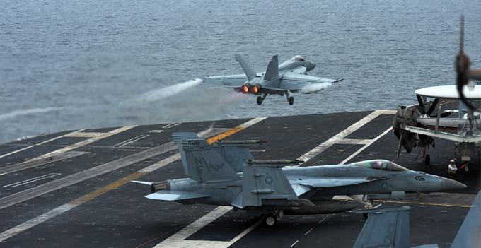 """Almanaque Militar: Hornets de la costa de Corea del Sur, los aviones con base en portaaviones cazabombardero y ataque a tierra estadounidense F18 Hornet («Hornet"""") despegando desde la cubierta del portaaviones nuclear de Estados Unidos, """"George Washington"""" durante un militar entre Estados Unidos y Corea del Sur joint ejerce frente a las costas de Corea del Sur.  El objetivo principal de las maniobras es desarrollar e incrementar el nivel de cooperación entre los dos países de la Marina.  Autoridades norcoreanas han expresado su preocupación por el creciente demostración de fuerza de sus costas.  Doctrina armas del Ejército"""