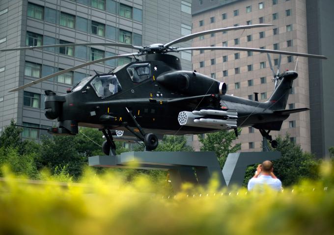 Военный альманах: Ударный вертолет с тандемной кабиной На постаменте в Пекине установлена точная копия ударного вертолета с тандемной кабиной CAIC WZ-10. Эта китайская машина разработана с участием российских специалистов. Геликоптер принят на вооружение НОАК в феврале 2011 года. Военные расходы Китая ежегодно увеличиваются, что вызывает опасение США и их сателлитов в Азии. армия оружие учение