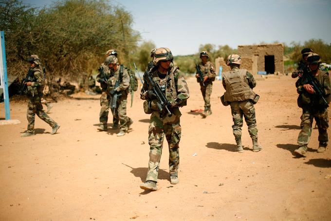Военный альманах: Французские солдаты в Мали Французские солдаты охраняют территорию в Гао, на севере Мали, куда проник террорист-смертник. Спустя 18 месяцев после того, как Франция послала войска в свою бывшую колонию, на Мали не прекращаются операции против экстремистов. Однако вместо возвращения воинского контингента домой, Франция собирается расширять масштабы своей борьбы с терроризмом от Атлантического побережья до Средиземноморья. армия оружие учение