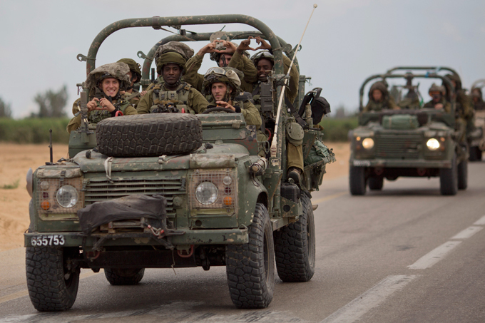 Военный альманах: Прекращение огня в секторе Газа Улыбки на лицах израильских солдат. В четверг израильтяне и палестинцы казалось достигли соглашения о прекращении на пять часов перемирия (с 10:00 до 15:00 по местному времени). Перемирие позволило бы доставить гуманитарные грузы в сектор Газа, а гражданское население сектора смогло бы воспользоваться прекращением огня для закупки продовольствия. армия оружие учение