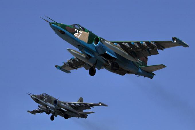 В мирном небе только  Сушки  В ближайшие несколько лет количество авиационных частей Военно-воздушных сил РФ, перешедших на новую технику, возрастет в несколько раз. В общей сложности ВВС и авиация ВМФ России должны получить до 2020 года более 600 боевых самолетов и более 1000 вертолетов, не считая модернизированной техники. Основу ударной фронтовой авиации составят крылатые боевые машины компании  Сухой . авиация, Су-27, Су-35С, Су-30МК, СУ-27УБ, КБ им. Сухого