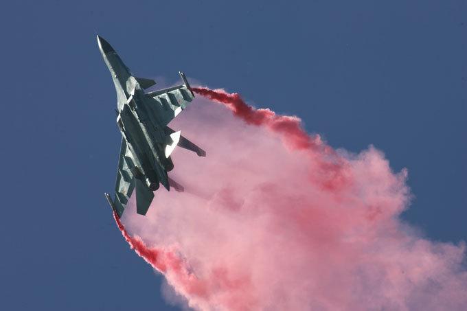 В мирном небе только  Сушки  Основную часть закупаемых частями наших ВВС боевых самолетов составят самолеты-истребители Су-30 в различных вариантах и Су-35, бомбардировщики Су-34, в дальнейшем — истребители пятого поколения Т-50. Эта машина пока только проходит испытания. В серийное производство Т-50 поступит примерно в 2015–2016 годах. авиация, Су-27, Су-35С, Су-30МК, СУ-27УБ, КБ им. Сухого