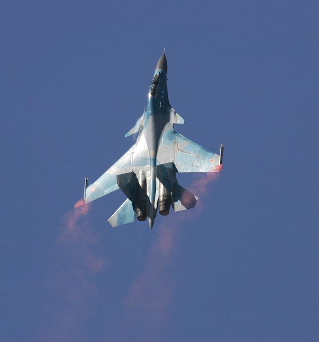 В мирном небе только  Сушки  По оценке экспертов, Россия до 2016 года будет лидером по экспорту истребителей. Эти высокие показатели были достигнуты, прежде всего, за счет экспорта боевых самолетов марки  Сухой . В будущем наше лидерство в этой области может быть закреплено с помощью контрактов на азиатском рынке. Крупнейшим покупателем Су-30 сейчас является Индия. Кроме закупок товарных партий, она по лицензии строит сто СУ-30МКИ. После 2016 года планируется совместная программа по производству истребителя пятого поколения T-50 (ПАКФА).  авиация, Су-27, Су-35С, Су-30МК, СУ-27УБ, КБ им. Сухого