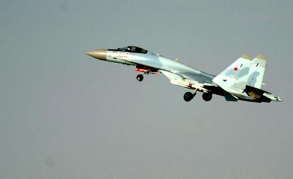 В мирном небе только  Сушки  Боевые самолеты марки  Су , составляют основу фронтовой авиации России и тактической авиации многих стран мира. Некоторые фигуры высшего пилотажа, типа  Кобра Пугачева ,  Хук ,  Кульбит , были впервые выполнены именно на самолетах  Сухого . авиация, Су-27, Су-35С, Су-30МК, СУ-27УБ, КБ им. Сухого
