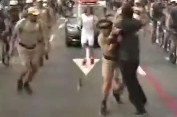 В Бразилии ранен полицейский, пытавшийся спасти олимпийский огонь от грабителя