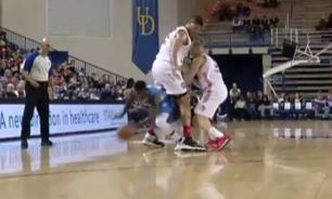 Баскетболист-коротышка обыграл соперника, пробежав у него между ног. ВИДЕО