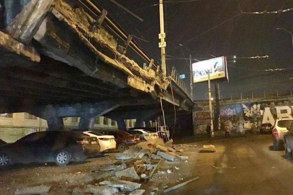 В Киеве обвалилась часть Шулявского моста