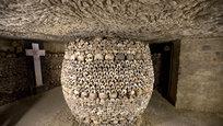 Парижские катакомбы можно назвать чревом Парижа. Некогда каменоломни, они превратились в место последнего упокоения примерно шести миллионов человеческих останков.