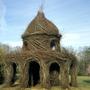 На протяжении многих лет американский художник-скульптор Патрик Доэрти создает огромные скульптуры из веток кустов и деревьев. В своих работах художник следует принципу — что вчера было мусором, сегодня может стать искусством.